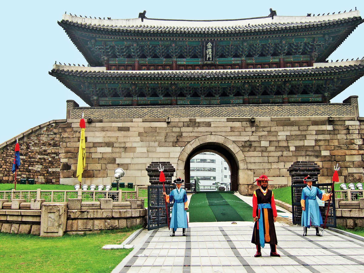 漢降服朝鮮後,漢朝在朝鮮設置真番、臨屯、玄兔、樂浪四郡,版圖向東拓展。圖為韓國首爾士兵換崗儀式。(Shutterstock)