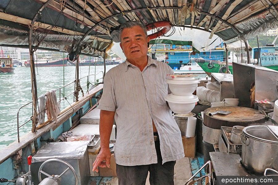 流叔自1981年入行,37年來持續在香港仔避風塘經營「粉艇」,售賣艇仔粉。(陳仲明/大紀元)