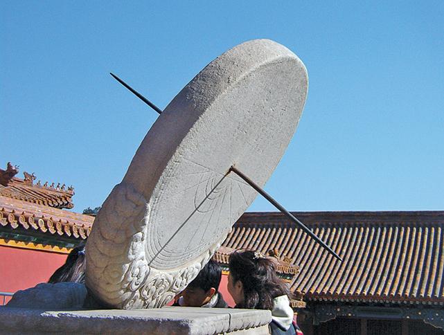 北京故宮的赤道日晷,上面畫有日期環和時間線。(Sputnikcccp/Wikimedia Commons)