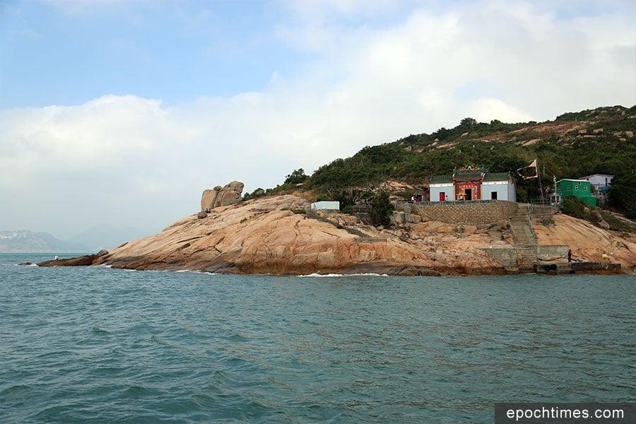 蒲台島天后古廟與響螺石(左)。(陳仲明/大紀元)