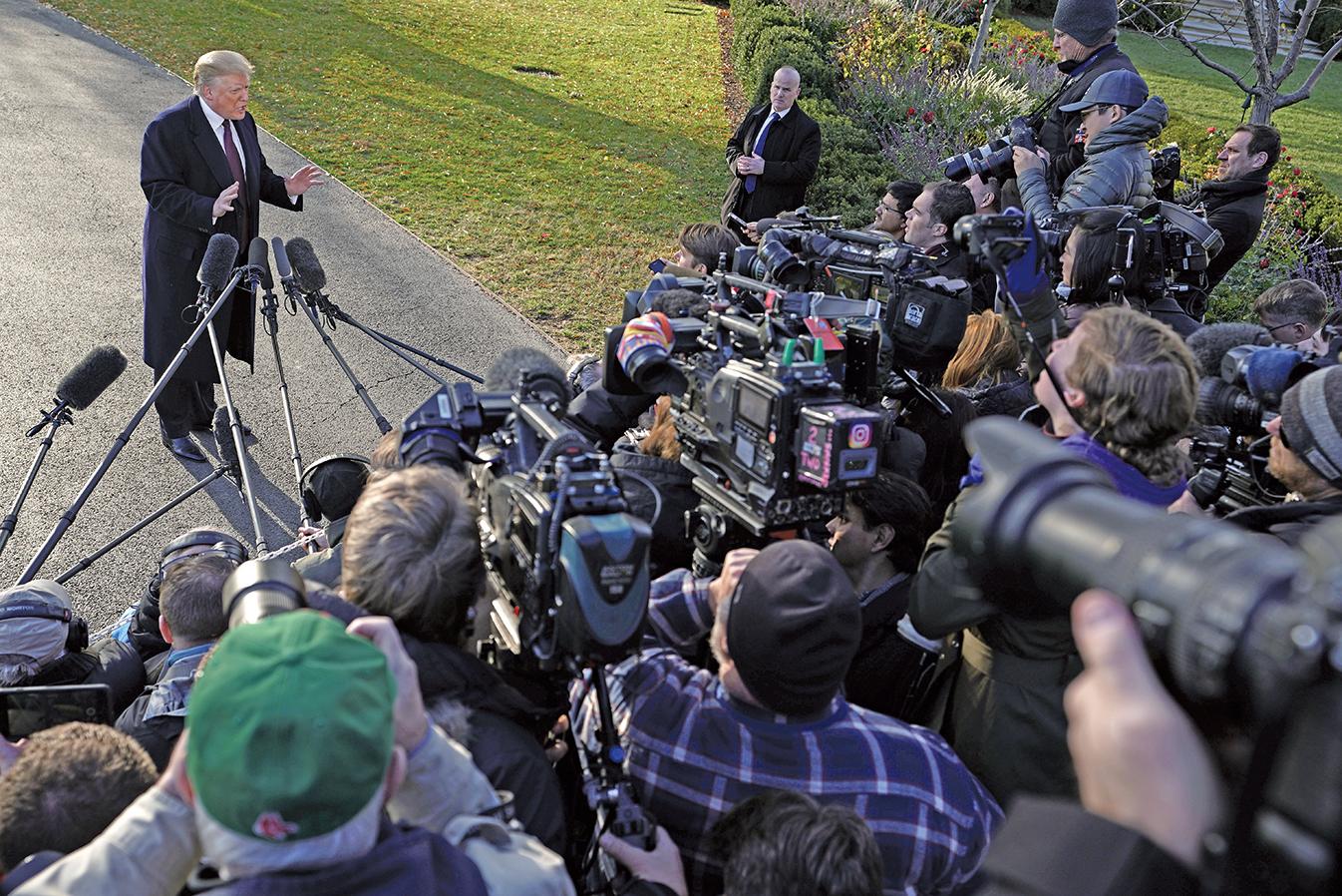 周二(11月20日),特朗普總統在白宮外對記者發表了措辭激烈的評論,強烈譴責有自由主義傾向的第九巡迴上訴法院(Ninth Circuit Court of Appeals)。(Getty Images)