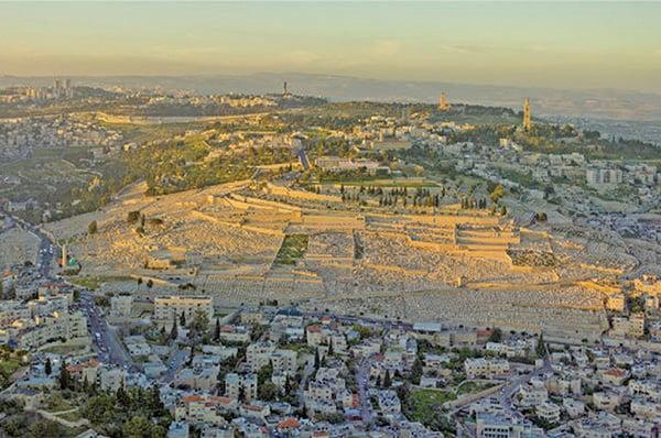 日落時,耶路撒冷橄欖山俯瞰圖。(Godot13/Wikimedia Commons)