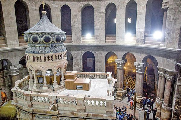 圍繞著聖墓教堂的考古和修復工程,受到基督教世界的高度關注。圖為聖墓教堂大廳中央的聖墓小聖堂。(Getty Images)