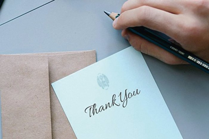 哈佛醫學院的研究認為,感恩的心態幫助人們產生更多的正面情緒、感受好的體驗、改善健康、面對挫折、與人建立良好的人際關係。(Creative Commons)