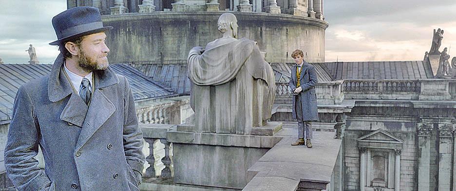 紐特(右)奉鄧不利多(左)之命,赴歐洲尋找被暗黑怨靈附身的魁登斯,一場正邪大戰歷險就此展開。