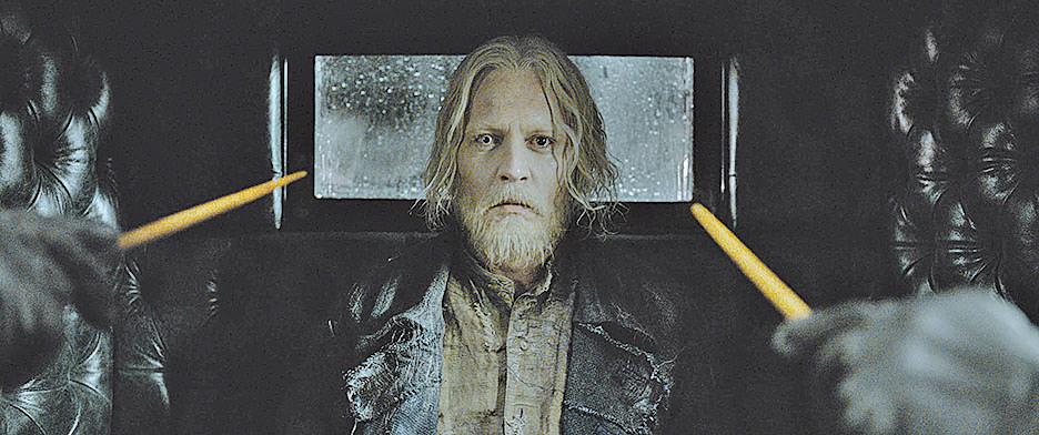 上一集被美國魔法部逮捕的黑巫師葛林戴華德,這回在移監途中逃脫,並開始招集黨羽,實現讓巫師統治全世界的野心。