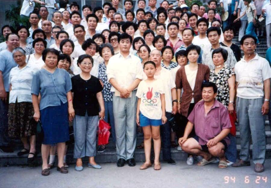 李洪志師父與參加濟南講法的學員合照(第二排右三,著咖啡色上衣者為何來琴)。(明慧網圖片)