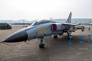 中共殲轟-7A戰機發動機空中起火
