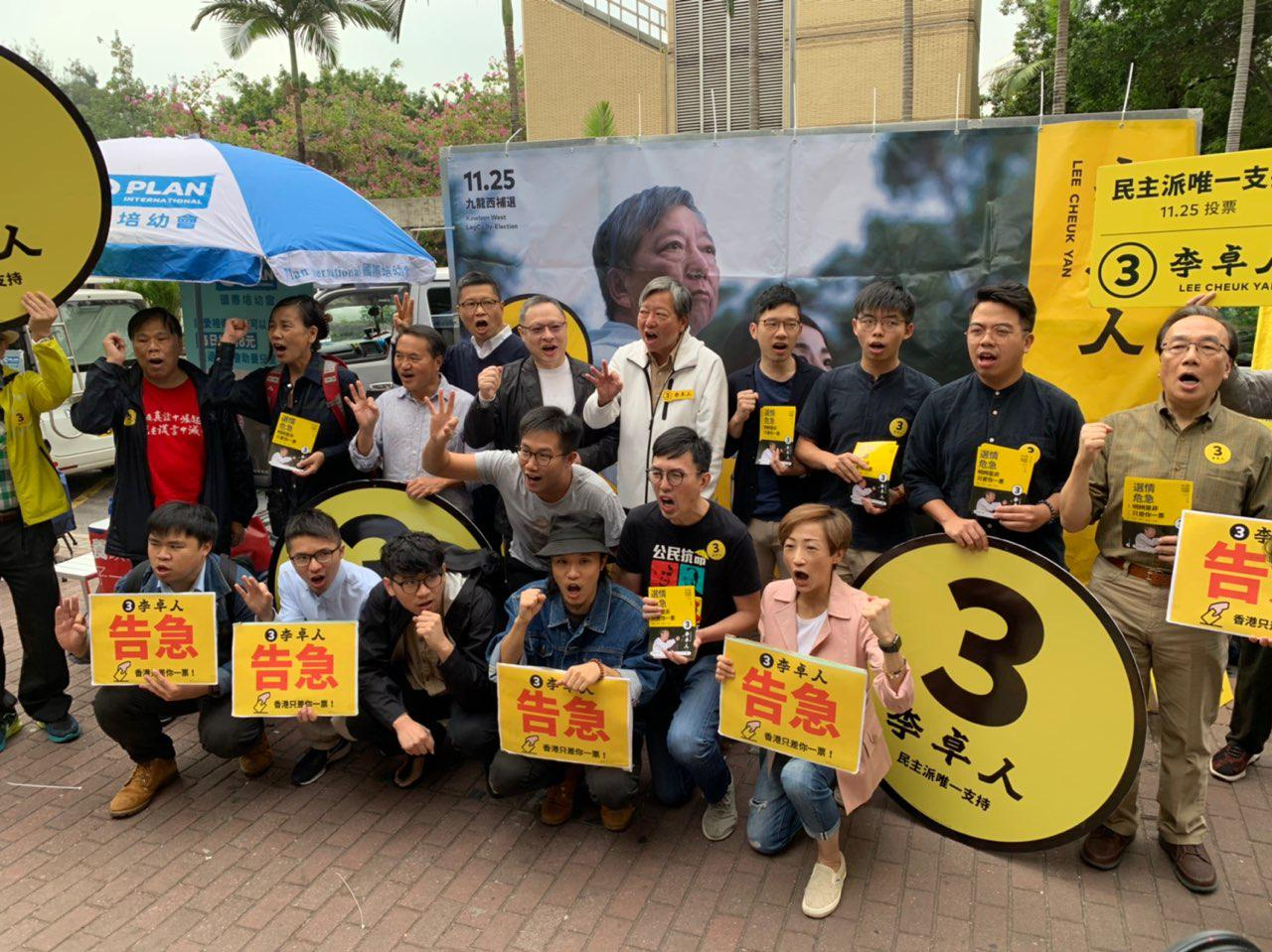 「佔中九子」等政治犯在選舉前夕最後一個周末,一起呼籲選民投票支持李卓人,為港人的自由投下重要一票。(李逸/大紀元)
