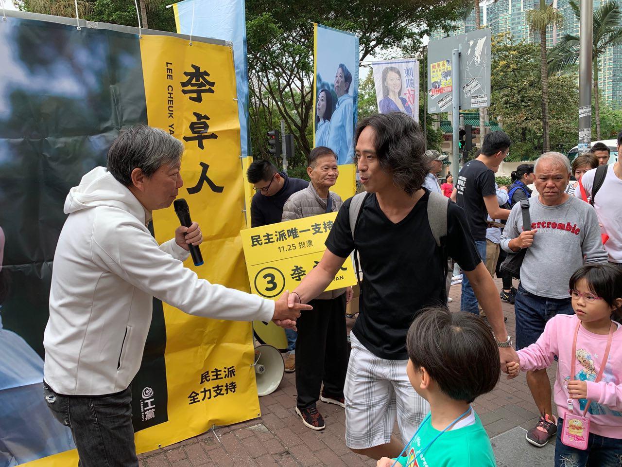 李卓人選情告急,不少市民表示支持李卓人。(李逸/大紀元)