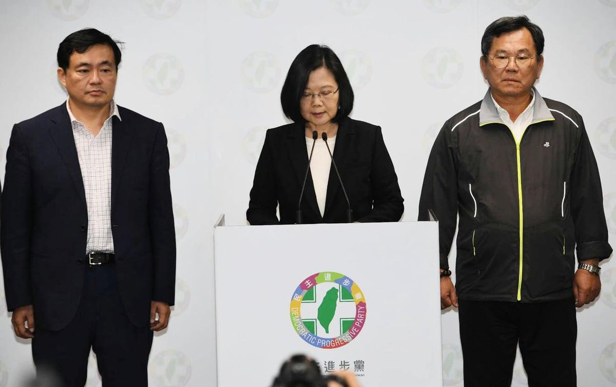 台灣九合一選舉11月24日開票,民進黨主席蔡英文(中)晚間9時10分舉行記者會,表示要對選舉不理想結果負起完全責任,她立即辭去主席一職。(中央社)