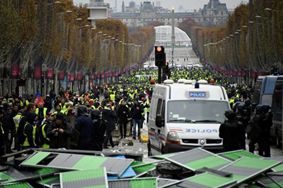 法國巴黎及其它城鎮週六(11月24日)有逾10萬名憤怒民眾,穿上「黃色背心」走上街頭,抗議總統馬克龍決定調漲燃油稅,並要求其辭職。(BERTRAND GUAY/AFP/Getty Images)