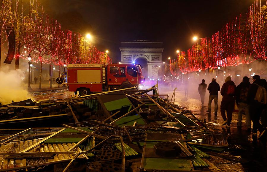 巴黎市消防隊忙著滅火。(FRANCOIS GUILLOT/AFP/Getty Images)