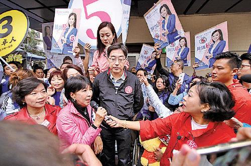 建制派候選人陳凱欣獲親共陣營空群而出助選拉票。(蔡雯文/大紀元)