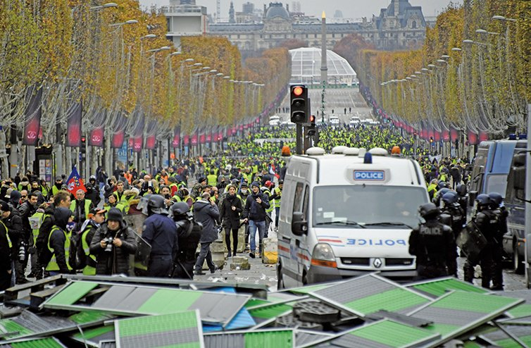 法國有逾10萬名「黃背心」抗議者,抗議馬克龍調漲燃油稅。(AFP)