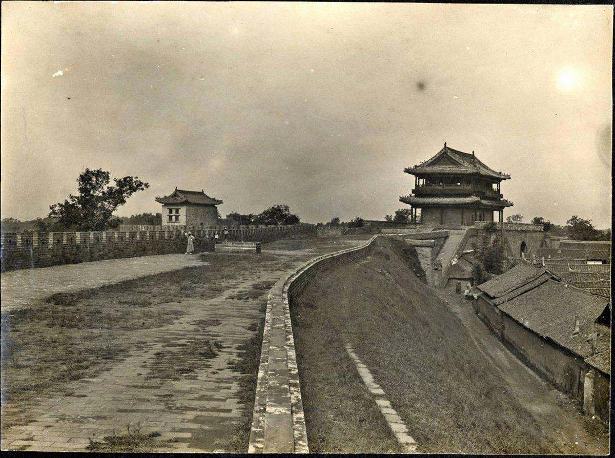 20世紀初的成都東門(迎暉門)。(公有領域)