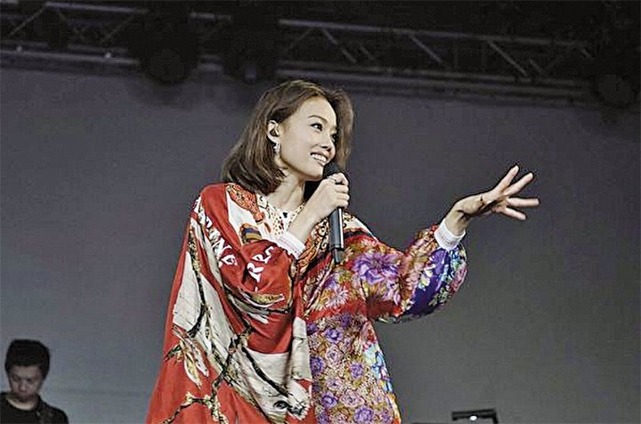 容祖兒在台北Legacy開唱,身穿紅色異國風圖案織錦洋裝,亮麗登場。(英皇提供)