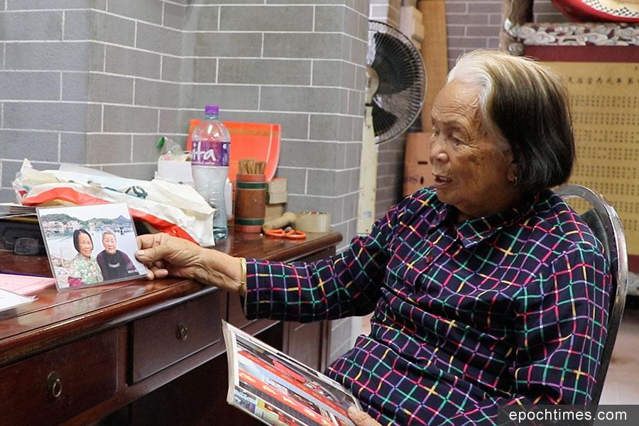姨婆展示她與同學的舊照。(曾蓮/大紀元)