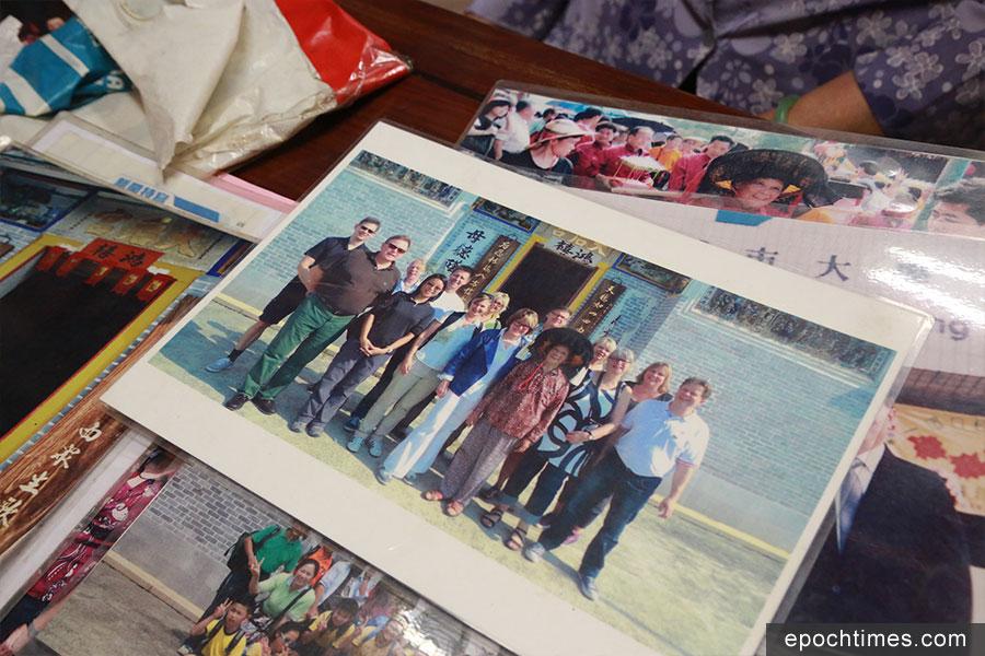 姨婆展示的聯合國教科文組織工作人員來港考察時的合照。(陳仲明/大紀元)