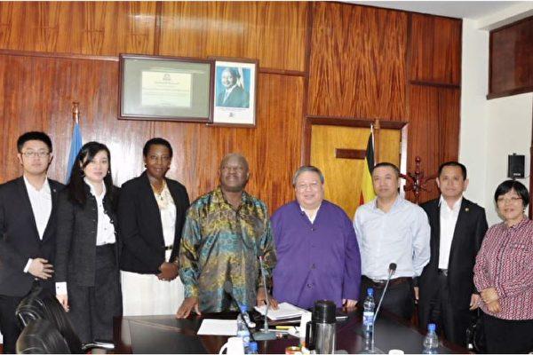 何志平(右四)及華信人員曾到訪烏干達的能源及礦物資源部。 (紐約南區聯邦法庭文件)