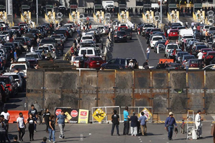 週日(11月25日),數百名中美洲大篷車成員脫離隊伍,衝向美國試圖非法跨越美墨邊境後申請庇護。由於情況混亂,美國海關和邊境保護局(CBP)關閉聖伊西德羅(San Ysidro)入境口岸。(Mario Tama/Getty Images)