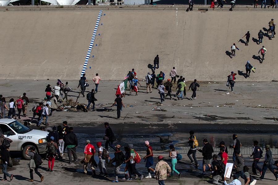 11月25日,中美洲大篷車數百人衝向美國聖伊西德羅(San Ysidro)入境口岸。(GUILLERMO ARIAS/AFP/Getty Images)