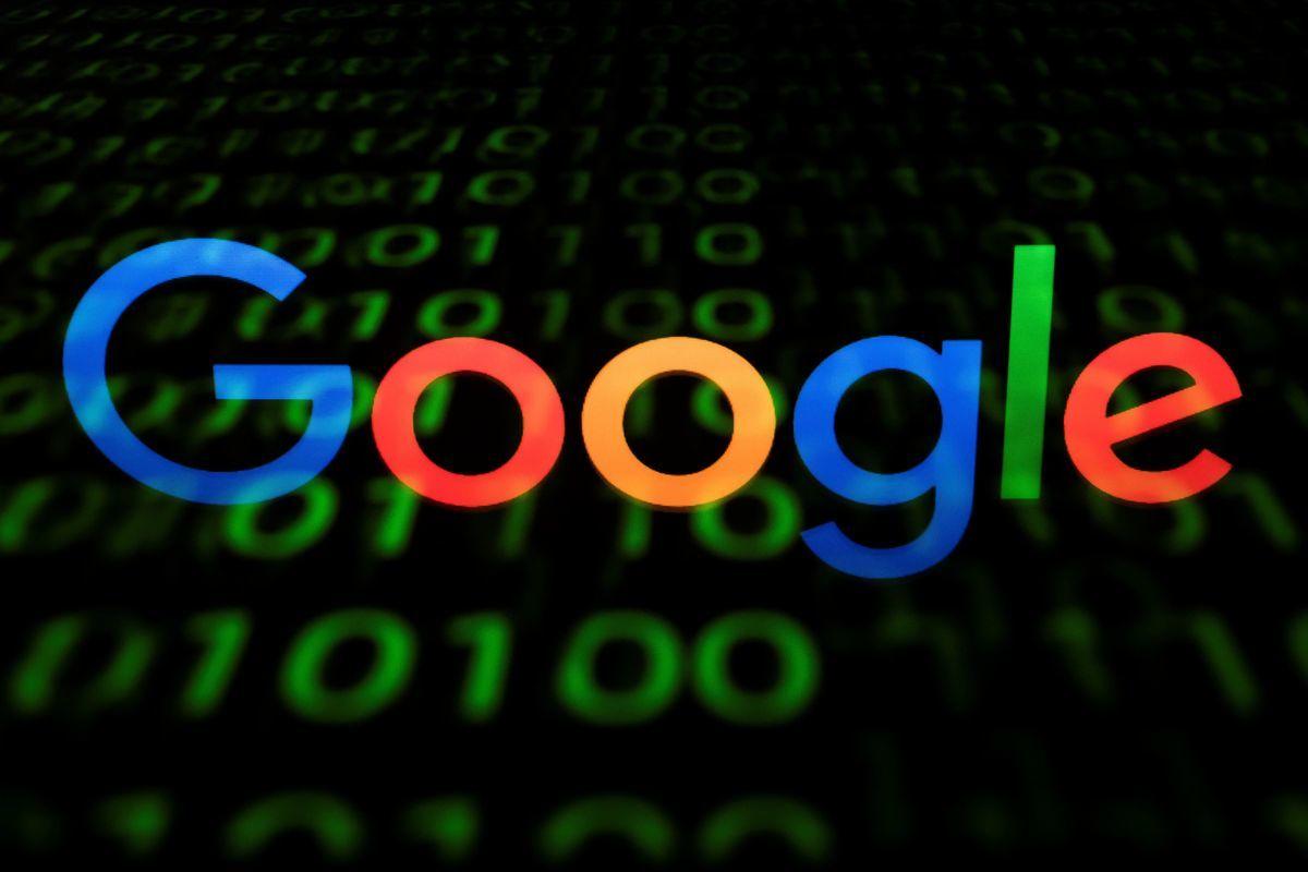 在離開中國8年後,谷歌為換取重返中國市場,配合中共開發審查版引擎,遭到多方的抨擊和抗議。(LIONEL BONAVENTURE/AFP/Getty Images)