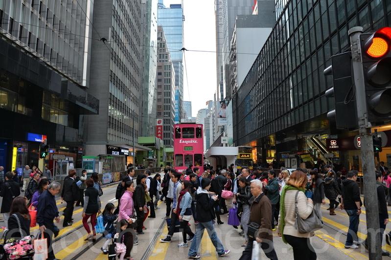 美中貿易戰可能波及香港經濟。有大陸學者認為,若美聯儲不斷加息、美國把香港列為與中國相同的關稅區,或將香港列入高科技禁運名單等措施出台,預期明年香港的經濟很危險。(宋祥龍/大紀元)