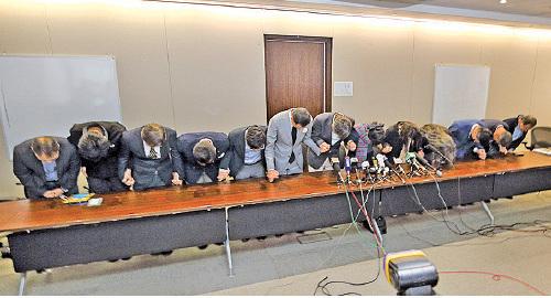 民主派立法會議員陪同李卓人就補選結果向巿民鞠躬致歉。(蔡雯文/大紀元)