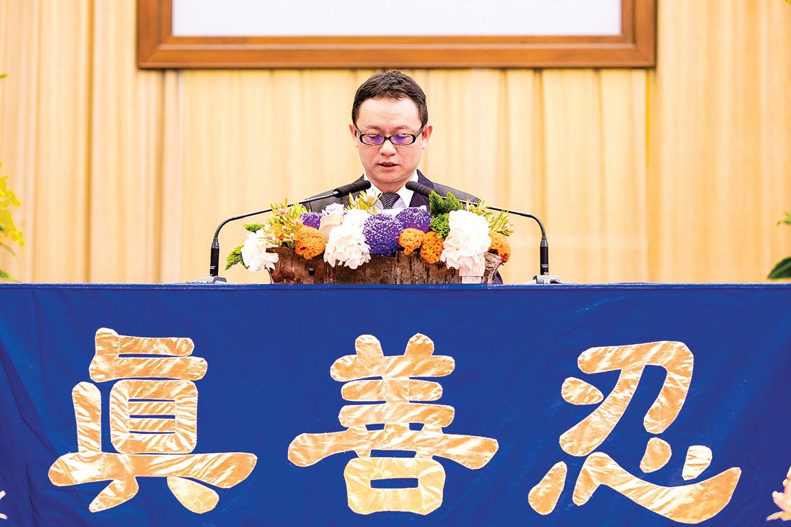 來自台北的邱毓棠在法會中分享修煉心得。(羅正恆/大紀元)