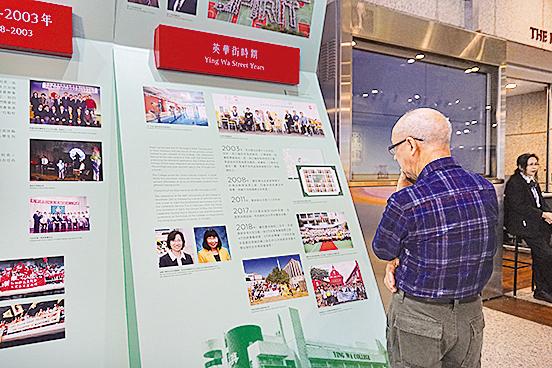 展覽吸引了市民佇足觀看。(曾蓮/大紀元)