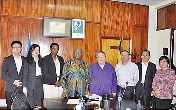 何志平(右四)及華信人員曾到訪烏干達的能源及礦物資源部。(紐約南區聯邦法庭文件)