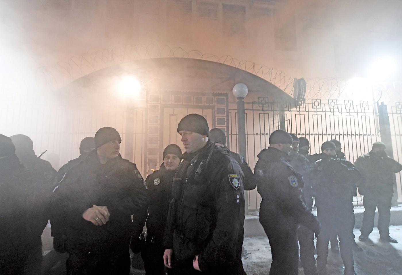11月25日,俄羅斯與烏克蘭在黑海爆發軍事衝突,事件發生後當晚,抗議者向俄羅斯駐基輔大使館門前投擲煙霧彈。(AFP)