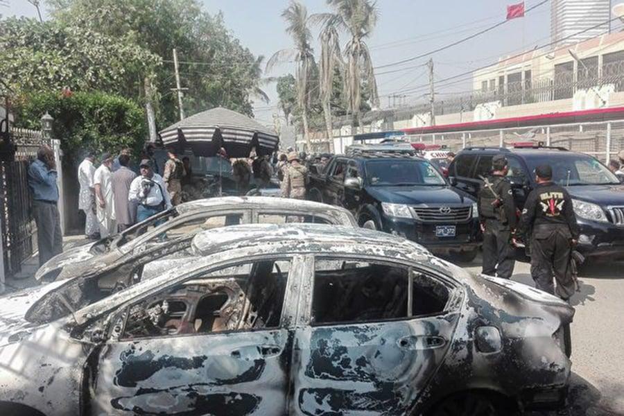 中共駐巴基斯坦領事館11月23日被襲事件持續引發關注。發動攻擊的組織指責中共搶占當地資源。外媒稱,這是抗議中共在巴國日益增長的影響力的最新一起攻擊。而巴國的70萬名和中共項目相關的華人的安全越發受到挑戰。(ASIF HASSAN/AFP/Getty Images)
