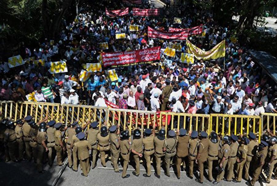 2017年2月1日,斯里蘭卡民眾大規模抗議中共在該國的項目。(ISHARA S. KODIKARA/AFP/Getty Images)