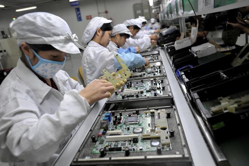 特習會前美國「亮劍」,中國政治經濟現狀則表明,中國實體經濟已危若累卵。圖為深圳一家工廠工人正在組裝電子原件。(AFP/Getty Images)