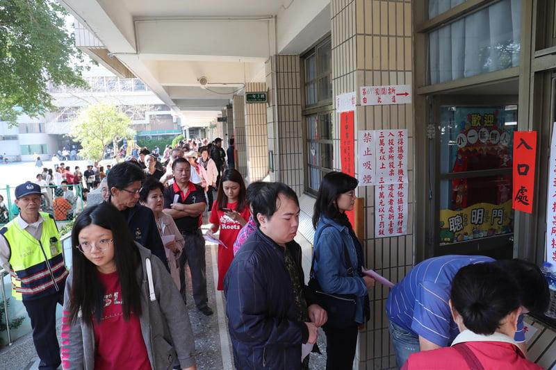台灣九合一選舉11月24日落幕,圖為當天投票所一早就出現排隊人潮。(中央社)