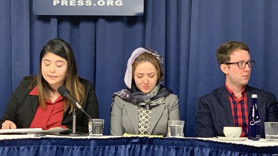 11月26日,在美國國家記者俱樂部一場關注新疆人權狀況的新聞發佈會上,29歲的維吾爾族女子米娜(中)回憶起自己在「教育轉化」營中的經歷,幾度難掩悲傷情緒。(美國之音蕭雨拍攝)