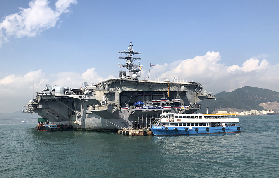訪港的美國航空母艦列根號,在艙內沒有懸掛中共五星旗,而是掛上了香港區旗,與美國國旗並列。(梁珍/大紀元)