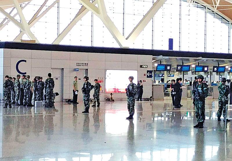 上海浦東機場12日發生爆炸,事故發生的第2航廈櫃檯被封鎖。(中央社)