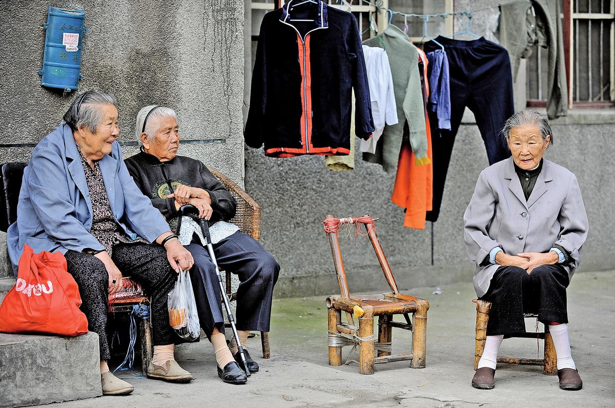據中共官媒新華社今年2月26日報道,截至2017年年底,大陸60歲及以上老年人口數量達2.41億佔總人口17.3%。圖為安徽省合肥,一房舍外的老年婦女。 (AFP/Getty Images)