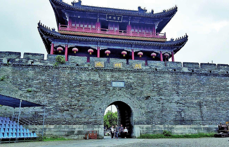 起義反抗「新莽」的軍隊中,以荊州為根據地的「綠林軍」,主要是由劉玄、劉縯、劉秀的兵力集結而成。圖為荊州古城。(維基百科)