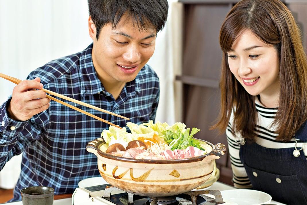 家人朋友一起享用火鍋,享受美味增添情誼。