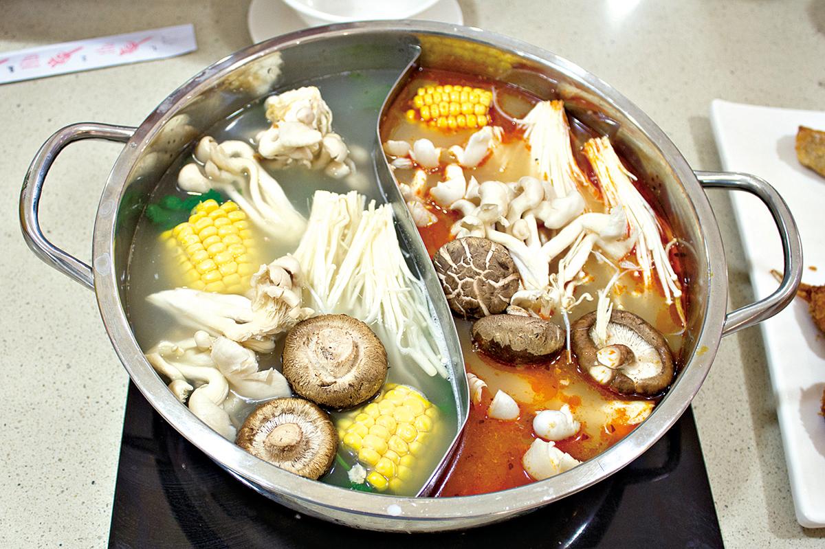 鴛鴦火鍋可讓人一次吃到兩種美味。