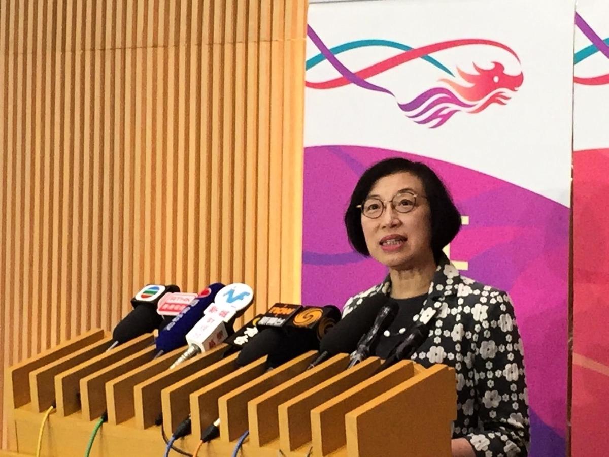 食物及衛生局局長陳肇始強調暫時未收到市民接種後有問題的報告。(港台網絡截圖)