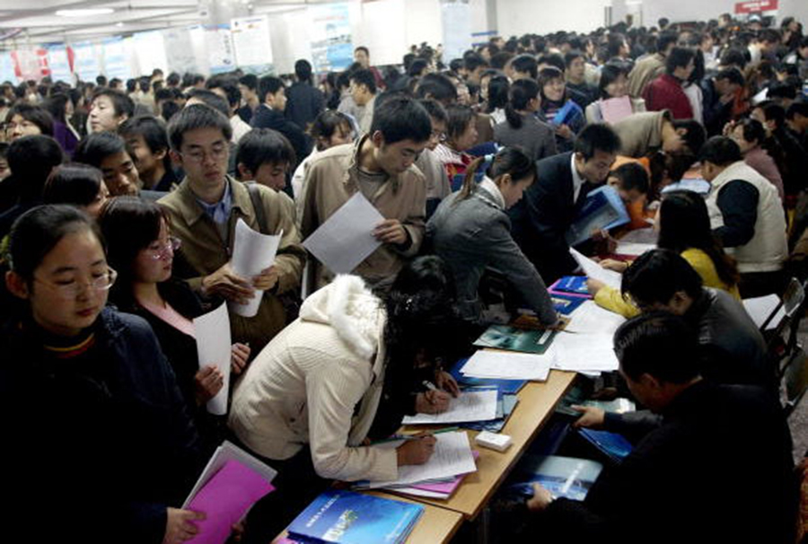 今年,大學畢業生再遇就業寒冬。圖為2005年11月27日在西安交大舉辦的就業市場。(Getty Images)