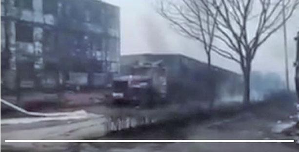 11月28日零點41分,在河北張家口市橋東區河北盛華化工有限公司附近發生的爆炸起火事故,造成23人死亡、22人受傷。(影片截圖)