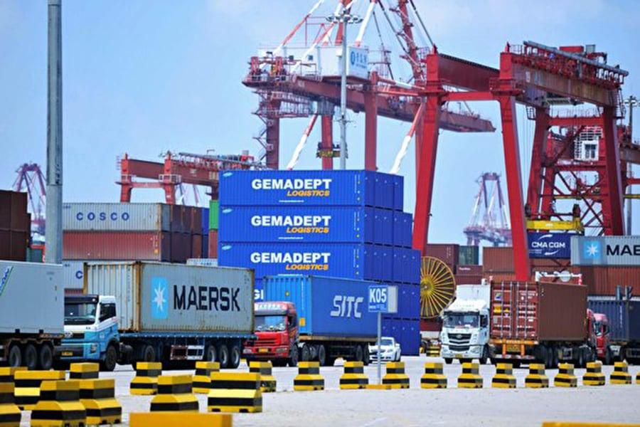 目前,美中貿易戰尚未有緩解跡象,美方對2500億美元中國商品徵收10%或25%的關稅,中共對1100億美元美國商品徵收報復性關稅。圖為2018年7月6日青島港口作業一角。(Getty Images)
