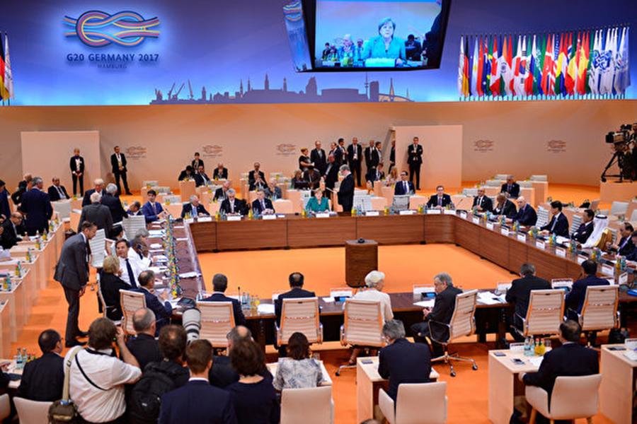 圖為去年7月7日在德國漢堡登場的二十國集團(G20)峰會上,各國官員挑燈夜戰商討聯合公報。(Thomas Lohnes/Getty Images)