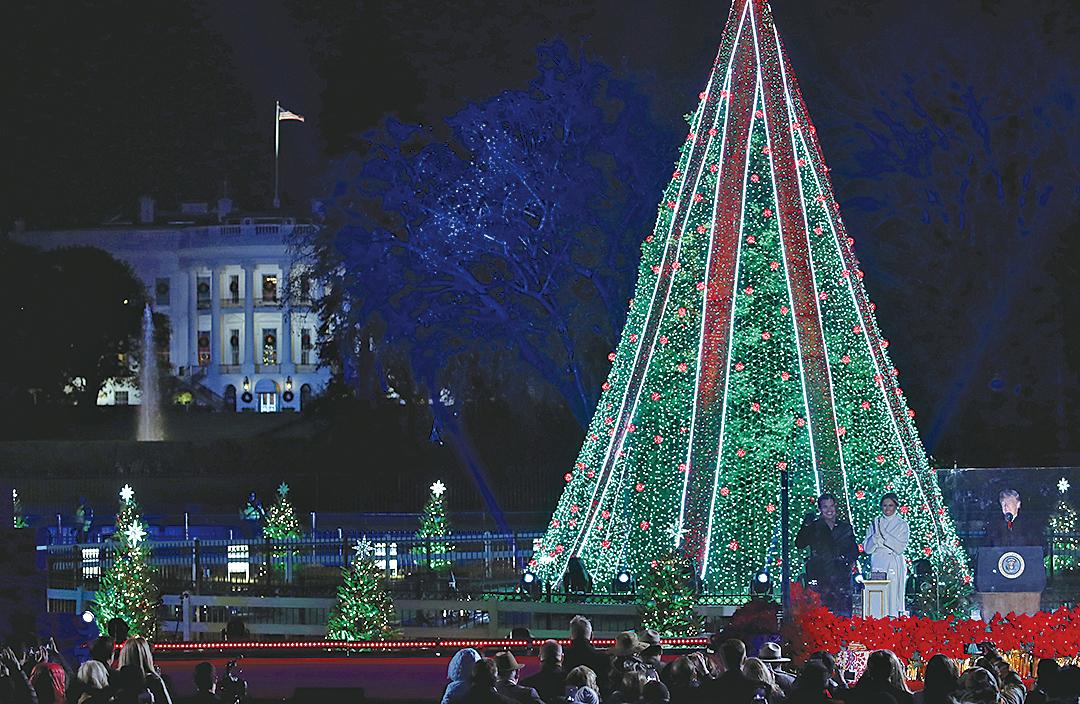 11月28日晚,美國總統特朗普和第一夫人梅拉尼婭點亮了白宮橢圓形草坪上的全國聖誕樹。這是第96屆全國聖誕樹點燈儀式。(Getty Images)